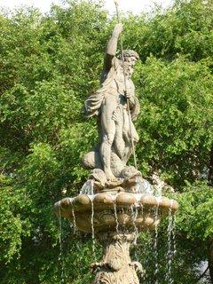 FOTKA - Medvědí fontána na Smíchově vrcholí sochou Neptuna
