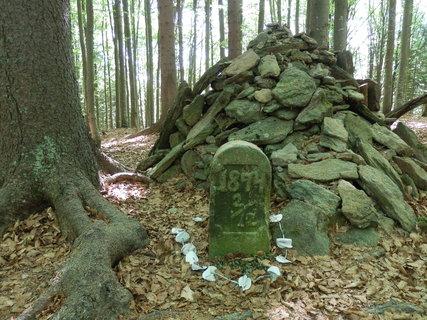 FOTKA - Vlčí kámen u Lipky - pomníček  v místech, kde byl 2. prosince 1874 zastřelen poslední šumavský vlk