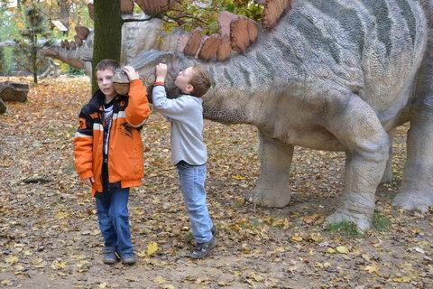 FOTKA - Kluci s Stegosaurusem