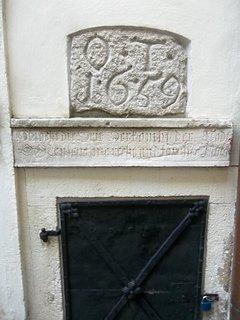 FOTKA - Bratislava.. Muzeum dějin města.. nádvoří..detail nad dvířky