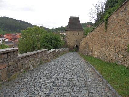 FOTKA - Zvláštní starobylý půvab a přídech středověké touhy po obraně před drsným světem propůjčuje Vimperku jeho mimořádně dochovalé městské opevnění.