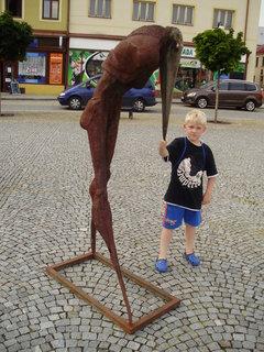 FOTKA - vnouček a socha