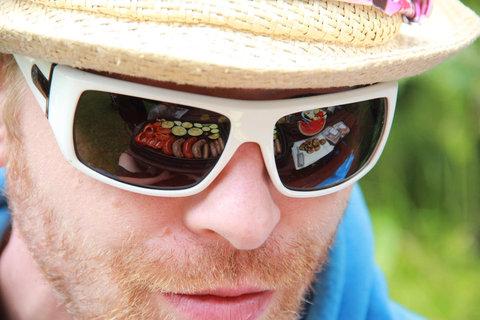 FOTKA - Odraz grilování v brýlích