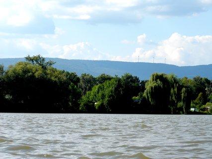 """FOTKA - Duchcovský rybník a  Krušné hory s """"vrtulemi"""" v pozadí"""