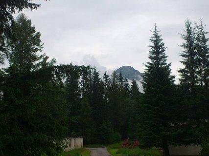 FOTKA - Vysoké Tatry - Štrbské Pleso, z mlhy vykukuje kus hory