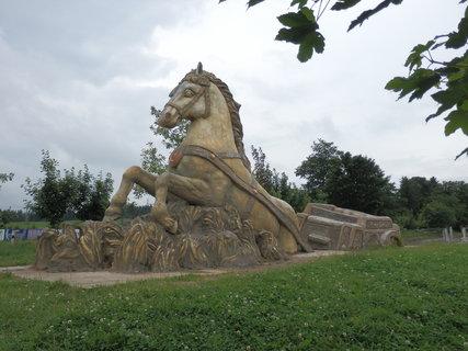 FOTKA - kůň - dílo Michala Olšiaka v Hamrech nedaleko Žďáru nad Sázavou