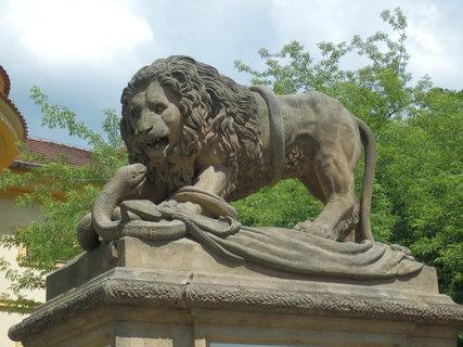 FOTKA - Písek,pomník padlým příslušníkům 11. pěšího pluku symbolizuje boj českého lva se dvěma hady, znázorňujícími jeho dva protivníky - Itálii a Francii