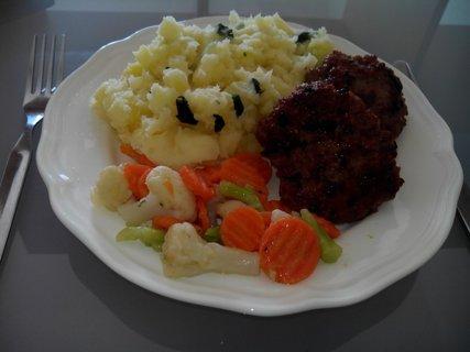FOTKA - karbanátky a šťouchané brambory s medvědím česnekem + máslová zelenina