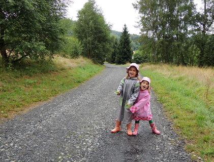 FOTKA - Děti dokáží být veselé i v dešti
