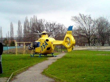 FOTKA - Vrtulník na zemi při před převozem pacienta.
