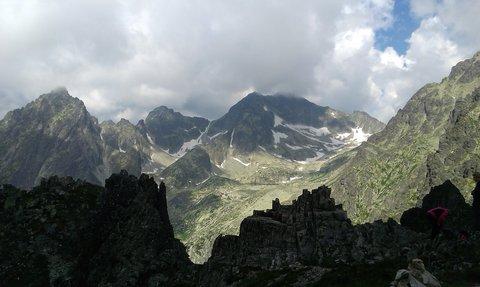 FOTKA - Vysoké Tatry - Lomnické sedlo, mraky se dotýkají vrcholků