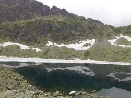 FOTKA - Vysoké Tatry - Nižné Wehlenbergovo pleso, odraz sněhu na hladině