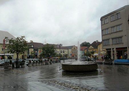 FOTKA - Jindřichův Hradec..náměstí při dešti
