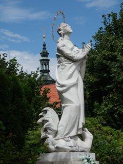 FOTKA - Socha Panny Marie, kterou nechali zhotovit Češi žijící v exilu. Od května 1994 je umístěna v areálu Královské kanonie premonstrátů v Praze na Strahově