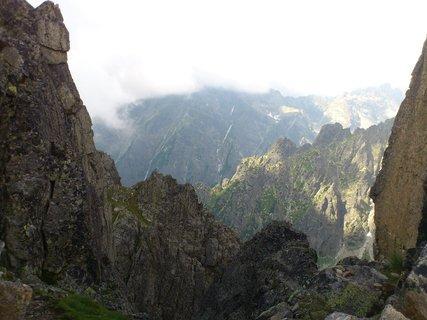 """FOTKA - Vysoké Tatry - na Lomnickém sedle, pohled """"oknem"""""""