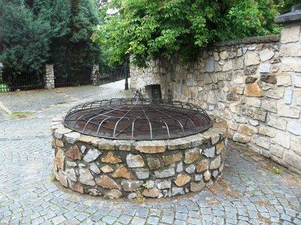 FOTKA - J. Hradec.. studna v ulici Pod hradem