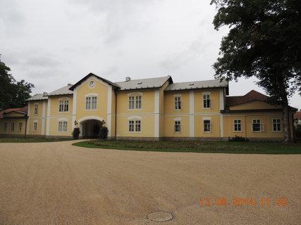 FOTKA - Budovy kolem hlavní budovy zámku