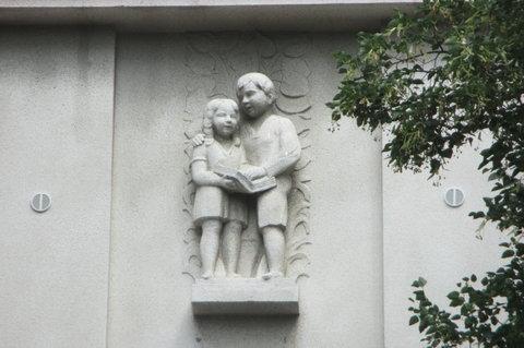 FOTKA - Nad vchodem  do  školy - milé