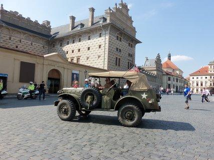 FOTKA - před Schwarzenberským palácem