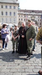 FOTKA - kardinál s vojákem