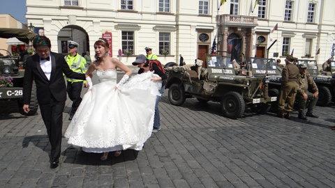 FOTKA - ženich odtahuje nevěstu