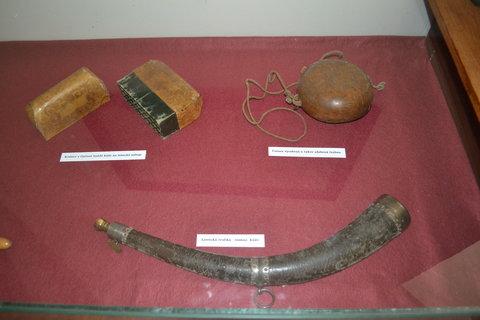 FOTKA - Krabice z kůže, čutora z tykve a lovecká trubka