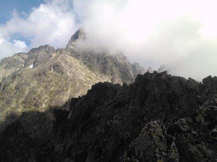 FOTKA - Vysoké Tatry - špička hory napůl v oblacích