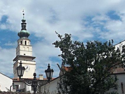 FOTKA - Boskovice, pohled zestarého Židovského města na radnici