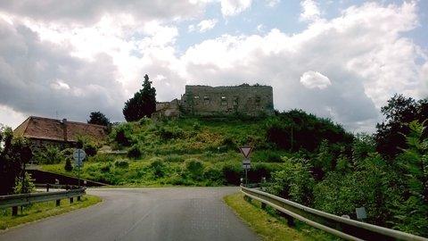 FOTKA - Malá vesnička Libčeves a trosky zámečku.