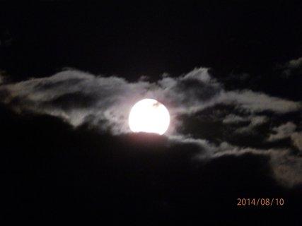 FOTKA - Když byl superúplněk,škoda že měsíček schovávaly mraky.