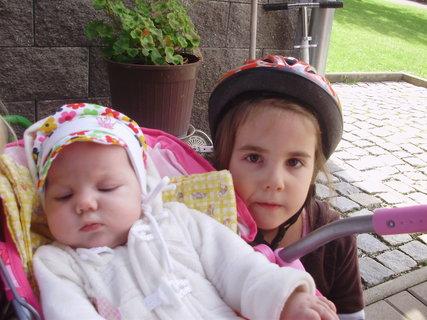 FOTKA - Verunka na grilovačce se sestřičkou