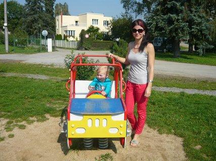 FOTKA - Sofie s maminkou v autíčku