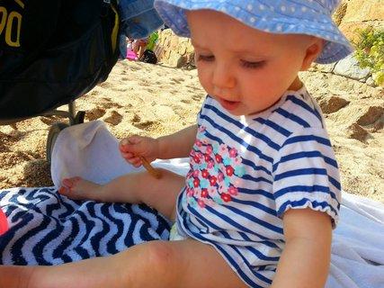 FOTKA - malá si hraje na písku u mori