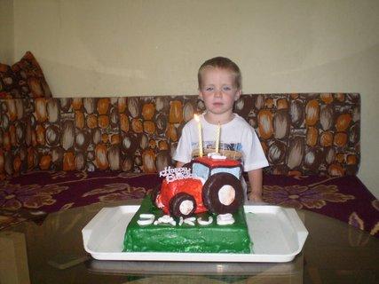 FOTKA - Jakubko s dortíkem,má 2 roky