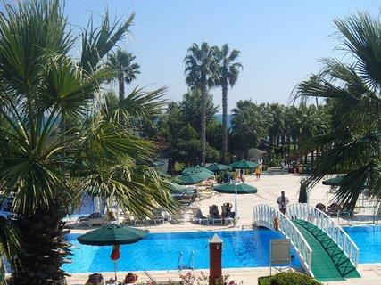 FOTKA - Turecko-časť bazénu s cestičkou k moru