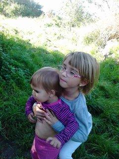 FOTKA - malá Kristýnka a jeji starší segra Miška