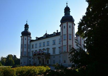 FOTKA - Přirozeným centrem Vrchlabí je malebný renesanční zámek obklopený parkem. Byl vybudován na místě původní gotické tvrze důlním podnikatelem Kryštofem Gendorfem v polovině 16. století.