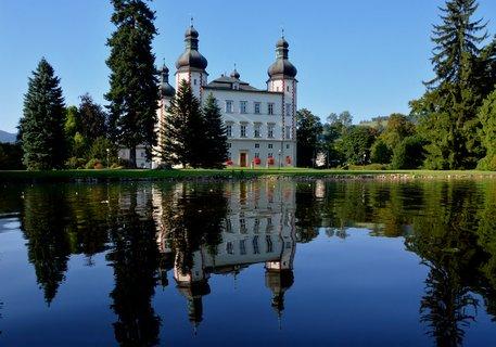 FOTKA - Zámek byl obklopen vodním příkopem se třemi padacími mosty. Tento příkop byl zasypán na počátku 19. století. Na všech čtyřech nárožích zámku jsou nápadné osmiboké věže s cibulovými báněmi. Na zámek navazuje přírodně krajinářský park s cizokrajnými dř