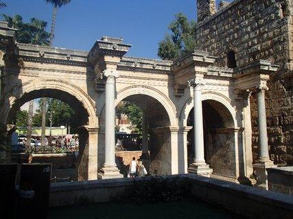 FOTKA - Turecko-známa Hadrianova brána v Antalyii
