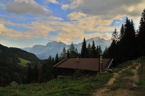 FOTKA - Výšlap k Lofereralm - Pohled na chatu a okolní hory