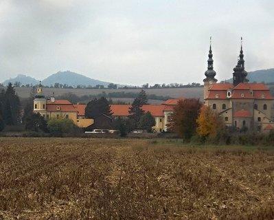 FOTKA - Bazilika Velehrad přes pole