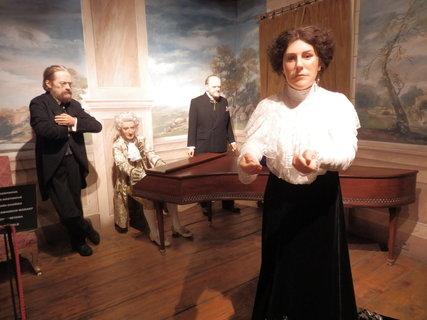 FOTKA - Ema Destinová a v pozadí Smetana, Mozart a Dvořák (WAX MUSEUM ČESKÝ KRUMLOV)