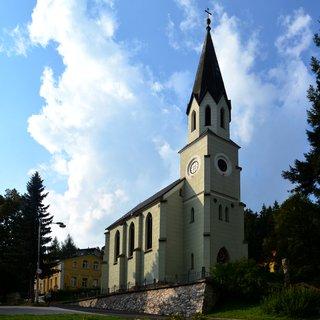 FOTKA - Při cestě z centra Jánských lázní ve směru k lanovce nás zcela jistě zaujme novogotická stavba evangelického kostela s polygonální věží. Historie kostela sahá do roku 1871, kdy byl německým augsburským sborem zakoupen pozemek, stavba byla dokončena v