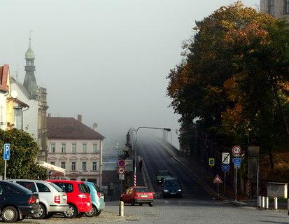 FOTKA - Mlha nad mostem zůstává