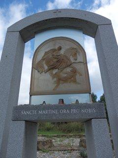 FOTKA - Nový Svět - vzdušný chrámový prostor - osazen dvěma symbolickými kamennými lavicemi a oltářem, kamenným obloukem se skleněnou plastikou sv. Martina výtvarnice Vladimíry Tesařové