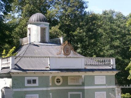 FOTKA - erb na budově Lázniček