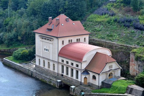 FOTKA - Stavební práce započaly v roce 1910 a trvaly po protažení stavby kvůli první světové válce až do roku 1920. Hráz přehrady je gravitační oblouková a jako materiálu bylo použito místního královédvorského pískovce.
