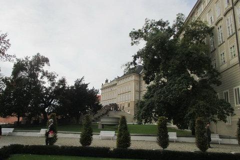 FOTKA - Pohled z Rajské zahrady ke vchodu z Hradčanského  náměstí