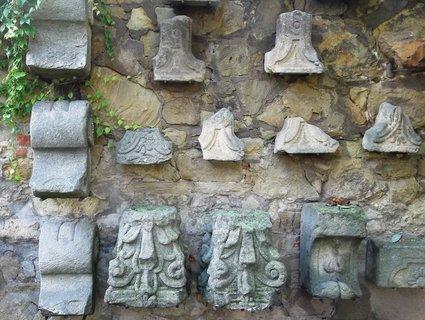 FOTKA - artefakty na zdi nádvoří Slov. galerie