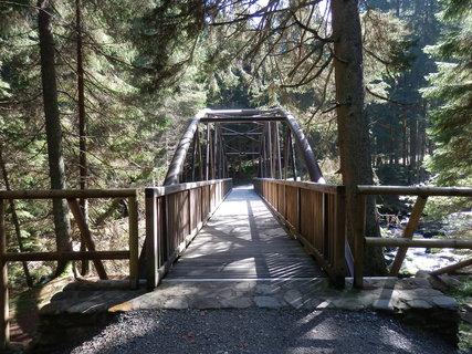 FOTKA - Klostermannův most nedaleko Turnerovy chaty u Srní,  je dlouhý třicet metrů a široký dva metry.